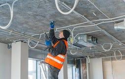 Het proces om het opzetten klemmen voor een golfdraad w te installeren stock foto