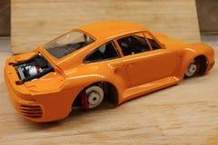 Het proces om het schaalmodel van de auto te assembleren en te schilderen Motor, en remmen stock foto