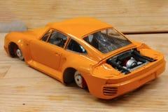 Het proces om het schaalmodel van de auto te assembleren en te schilderen Motor, en remmen Ge?soleerd over witte achtergrond royalty-vrije stock afbeelding