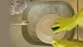 Het proces om schotels te wassen stock videobeelden