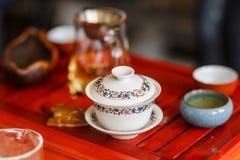 Het proces om thee bij de theeceremonie te brouwen royalty-vrije stock afbeeldingen