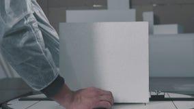 Het proces om volumetrische cijfers van schuimplastiek tot stand te brengen stock videobeelden