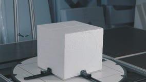 Het proces om volumetrische cijfers van schuimplastiek tot stand te brengen kubus stock video
