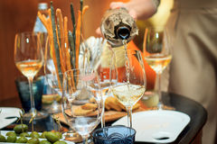 Het proces om witte wijn te gieten het blinde proeven Stock Afbeelding
