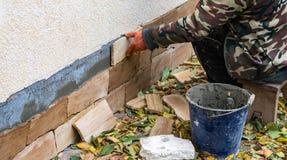 Het proces om zandsteen decoratieve tegels te installeren stock fotografie