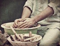 Het proces van de aardewerkverwezenlijking in aardewerk op het wiel van pottenbakkers Stock Foto's