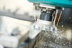 Het proces van de close-up van metaal dat door molen machinaal bewerkt