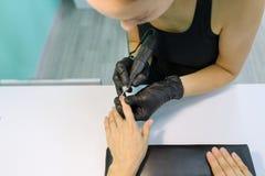Het proces van de close-upmanicure Jonge vrouw die professionele manicure, schoonheidssalon, nagelverzorging krijgen royalty-vrije stock foto's