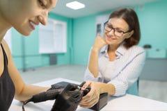 Het proces van de close-upmanicure Jonge vrouw die professionele manicure, schoonheidssalon, nagelverzorging krijgen royalty-vrije stock fotografie