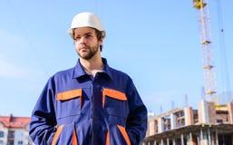 Het proces van de controlebouw Bouwer in werkkledij en van de helmwerken bouwwerf Kraancontrolemechanisme royalty-vrije stock foto