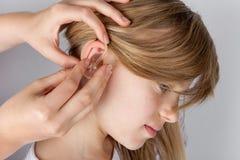 Het proces van de gehoorapparaatmontage Royalty-vrije Stock Foto