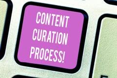 Het Proces van de Inhoudscuration van de handschrifttekst Concept die Verzamelt informatie relevant voor bijzonder onderwerptoets stock foto's