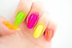 Het proces van de manicure? De vrouwelijke handen? Stock Afbeelding