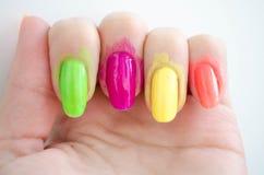 Het proces van de manicure? De vrouwelijke handen? Stock Fotografie