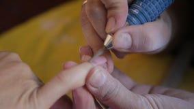 Het proces van de manicure in salon stock footage