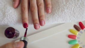 Het proces van de manicure in schoonheidssalon stock videobeelden