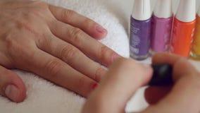 Het proces van de manicure in schoonheidssalon stock footage