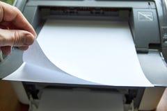 Het proces van de pers op schone bladen van document Royalty-vrije Stock Afbeeldingen