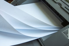Het proces van de pers op schone bladen van document Royalty-vrije Stock Foto's