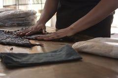 Het proces van de tabakssmaakstof van sigaren in Mexico-City, het schilderen blad met koffie en rummengeling stock foto's