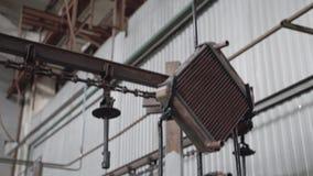 Het proces van de transportbandlijn voor de productie van koper-messing radiators koelsysteem Sluit omhoog stock footage
