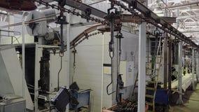Het proces van de transportbandlijn voor de productie van koper-messing radiators Het schieten met een stabilisator in de bewegin stock video