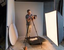 Het proces van foto die in studio schieten Stock Foto's
