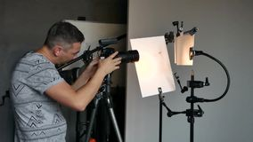 Het proces van foto die in studio schieten stock videobeelden