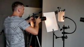 Het proces van foto die in studio schieten stock video