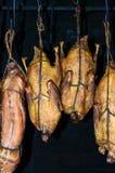 Het proces van gerookt vleesgevogelte, eend, konijn stock foto