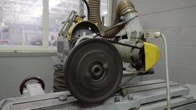 Het proces van het malende machinemechanisme in de onderneming De camera draait rond de machine stock footage