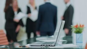 Het proces van het teamwerk Jonge commerciële bemanning in groot zolderbureau Lapto royalty-vrije stock afbeelding