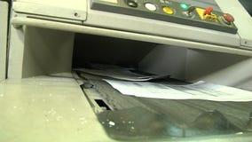 Het proces van vernietiging van document documenten op een industriële ontvezelmachine stock videobeelden
