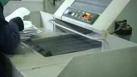 Het proces van vernietiging van document documenten op een industriële ontvezelmachine stock video