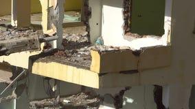 Het proces van vernietiging van het oude gebouw met zware machines stock videobeelden