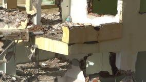 Het proces van vernietiging van het oude gebouw met zware machines stock video