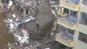 Het proces van vernietiging van het oude gebouw met zware machines stock footage