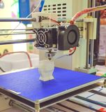 Het proces van werkende 3D printer en het creëren van een driedimensioneel voorwerp stock afbeeldingen