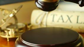 Het procesconcept van de belastingwetgevingrechtvaardigheid met hamer en hamer stock video