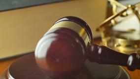 Het procesconcept van de wetsrechtvaardigheid met hamer en hamer stock video