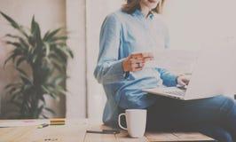 Het procesconcept van het studentenwerk Foto die van jonge vrouw aan universitair project met laptop computer werken Holdingsdocu stock afbeelding