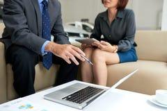 Het productieve Werk Vergadering bij Autotoonzaal stock afbeelding