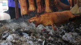 Het proefkonijn dat is roosted en draaide boven steenkolen in een markt in Latijns Amerika stock footage