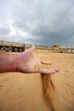 Het proeven van het zand vóór een strijd in een roman renbaan (in Jerash, Jordanië) Stock Foto