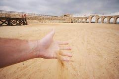 Het proeven van het zand vóór een strijd in een roman renbaan (in Jerash, Jordanië) Royalty-vrije Stock Foto