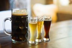 Het proeven van vele verschillende types van bieren Stock Foto