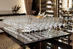 Het proeven van wijnen in een duur restaurant Royalty-vrije Stock Foto's