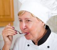 Het proevende voedsel van de chef-kok Royalty-vrije Stock Afbeelding