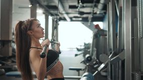 Het professionele atletische meisje van de trainersport met perfect fitness lichaam die training harde opleiding met bar op helli stock videobeelden