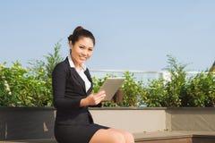 Het professionele bedrijfsvrouw openlucht glimlachen royalty-vrije stock fotografie